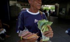 Naudas haoss Venecuēlā: Tūkstošiem cilvēku steidz mainīt 100 bolivāru banknotes