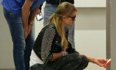 Parisai Hiltonei gadās misēklis ar stringa bikšelēm