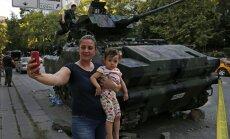 Турция. Попытка переворота, следующий день. Что делает народ? Селфи на фоне танков!