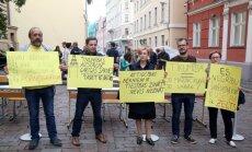 Foto: Pret 'tikumības grozījumu' negatīvo ietekmi uz skolēnu zināšanām iestājas 50 cilvēki