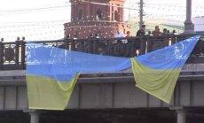 Maskavā aiztur piecus aktīvistus par Ukrainas karoga izkāršanu pie Kremļa