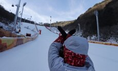 Stiprais vējš liedz kalnu slēpotājiem sākt cīņu par medaļām Phjončhanā