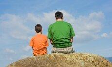 Tēvi konsultācijās pie speciālistiem runā par attiecību uzlabošanas stratēģijām ģimenē