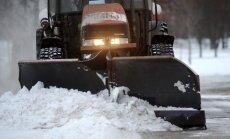 Brīdina par apgrūtinātu braukšanu uz ceļiem; iesaistītas 69 ziemas ceļu uzturēšanas vienības