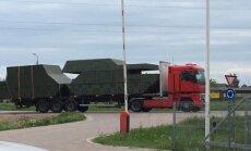 ФОТО: По Лиепайскому шоссе перевозят картонные танки