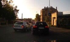 Video: Karstgalvis Rīgas centrā gandrīz notriec gājēju