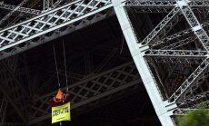 'Greenpeace' aktīvists iekāries Eifeļa tornī - protestē pret biedru ciešanām Krievijā