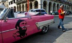 Dienas ceļojumu foto: Rozā amerikāņu auto ar Kastro portretu uz sāniem