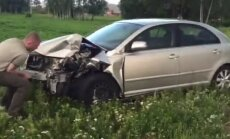 Video: Ziepniekkalnā saduras divas automašīnas