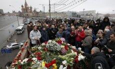 Maskavā gulst ziedi Ņemcova piemiņai; Rietumvalstis pieprasa rūpīgu izmeklēšanu