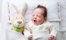 Zīdaiņa gulēšana un barošana pēc pieprasījuma – speciālistes teiktie 'nē'