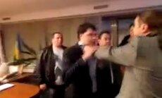 Video: Ar draudiem un spēku spiež atkāpties Ukrainas TV vadītāju