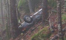 Foto: ASV meža biezoknī atrasts pirms 25 gadiem nozagts un avarējis 'Porsche'