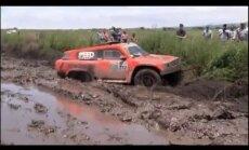 Video: Dubļi uzvar cīņā ar Dakaras rallija mašīnām