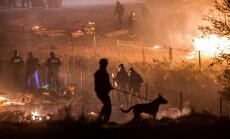 Foto: Francijā nodeg viena no lielākajām patvērumu meklētāju apmetnēm