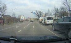 Jelgavā autovadītājs vēsā mierā šķērso krustojumu pie sarkanās gaismas