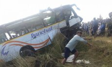 Autobusam iekrītot upē Indijā, dzīvību zaudējuši vismaz 32 cilvēki