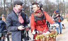 Foto: Spītējot laikapstākļiem, Rīgā krāšņi aizvadīts Tvīda brauciens