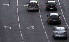 Autovadītāju bieži pielietots, bet bīstams manevrs – strauja joslu maiņa