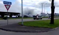Aculiecinieka video: Krasta ielā sadeg automašīna
