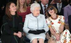 Neierasti foto: Karaliene Elizabete II pirmoreiz mūžā apmeklē modes skati