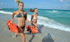 Divas seksīgas draiskules patrulē pludmalē