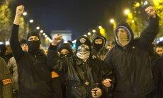 Francijā trešo nakti protestē policisti