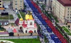 Foto: Godinot Putinu, tūkstoši Čečenijā saģērbjas Krievijas karoga krāsās
