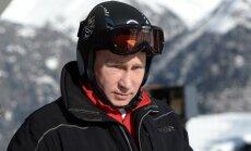 Foto: Putins un Medvedevs Sočos izmēģina slēpošanas trasi