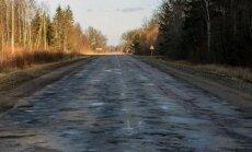 Foto: Fotogrāfs iemūžinājis sairušo ceļu P96