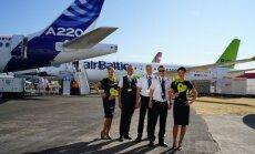 Foto: 'airBaltic' Fārnboro aviācijas šovā demonstrē 'A220-300' lidmašīnu