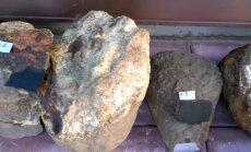 Lasītājs Rudē atrod savdabīgus akmeņus; speciālisti noraida kosmisku izcelsmi