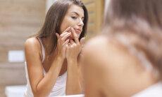 sieviete āda seja vannasistaba spogulis
