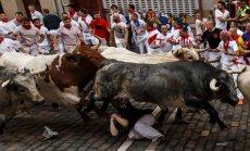 Video: Buļļu skrējienos 'San Fermin' festivāla Spānijā jau 13 cietušie