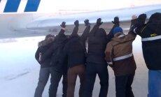 Video: Kā Krasnojarskas novadā pasažieri paši stūma savu lidmašīnu