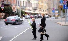 Policija sola mācību gada sākumā būt īpaši modri; vecākiem jāpārrunā drošības lietas