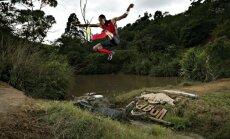 Fotoreportāža: tāllēcējs pārlec pāri krokodilu dīķim