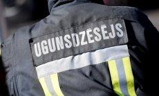 No degoša dzīvokļa Rīgā ugunsdzēsēji izglābj divus cilvēkus