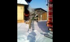 Video: Cēsīs liesmas plosa busiņu un šķūni