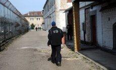 Par aizliegtu priekšmetu ienešanu pērn aizturēti vairāki cietumu darbinieki