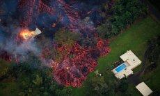 Foto: Sarkana lava Havaju salās aprij mājas ar baseiniem