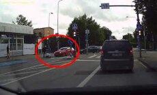 Video: Tallinā automobilis notriec preču piegādes robotu
