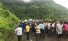 Foto: Indijā autobusa katastrofā bojā gājuši 33 cilvēki