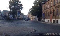 Video: Sieviete Rīgas centrā pa vienvirziena ielu traucas pretējā virzienā