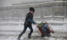 Foto: Pamatīgais sniegputenis ASV rada satiksmes haosu