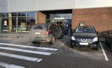 Ziemassvētku iepirkšanās bums Rīgā: BMW glauni noparkojas pie pašām veikala durvīm