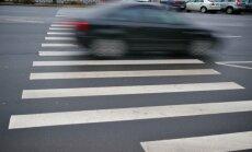 Rīgā automašīna uz gājēju pārejas uzbrauc divām sievietēm