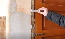 Семейный конфликт в Пардаугаве: после развода полицейский выкинул из квартиры несовершеннолетнего сына