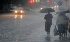Pirmdien daudzviet līs; jūras piekrastē pastiprināsies vējš