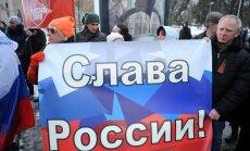 Foto: Girsa un Osipova biedrība piketā atbalsta Krimas pievienošanu Krievijai